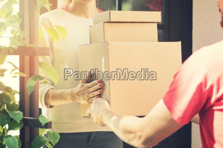 mujer aceptando una entrega a domicilio