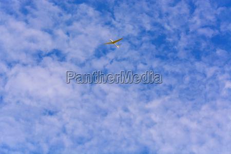 planeador frente al cielo azul