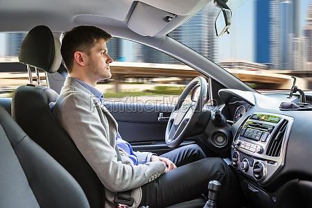 hombre sentado coche autonomo
