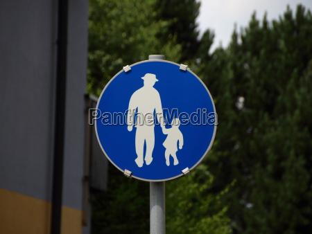 signo de peaton azul con el