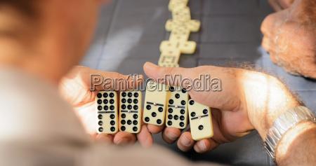 hombre senior retirado jugando domino juego