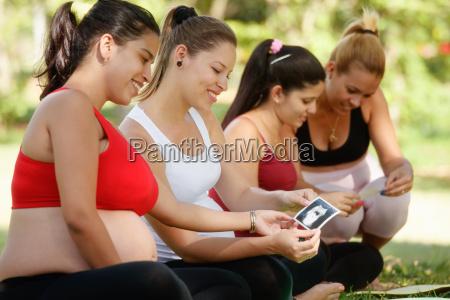 mujeres embarazadas compartiendo imagenes de ecografia