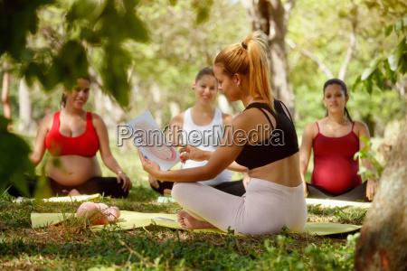 clase prenatal con maestra sin profesora