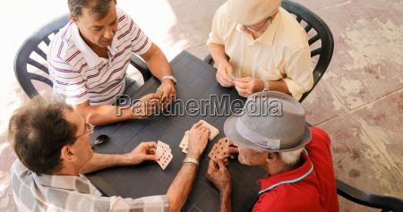 grupo de hombres mayores jugando a