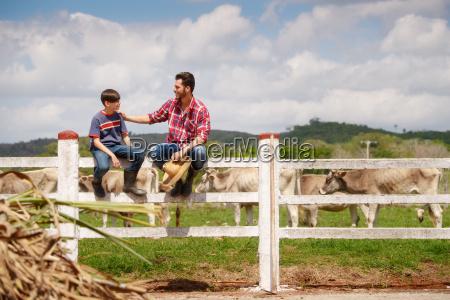feliz padre e hijo sonriendo en