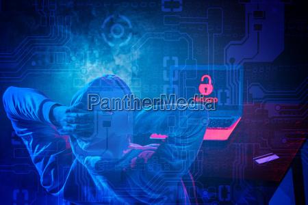 hacker de ordenador con capucha robando