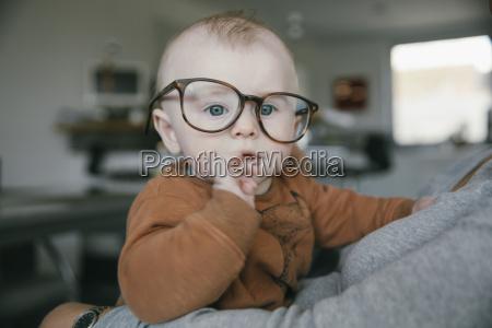 ninyo usando gafas de gran tamanyo
