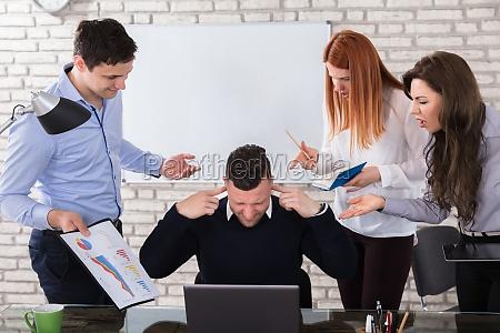 gente de negocios enojada apuntando a