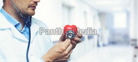 concepto de cuidado del corazon cardiologia
