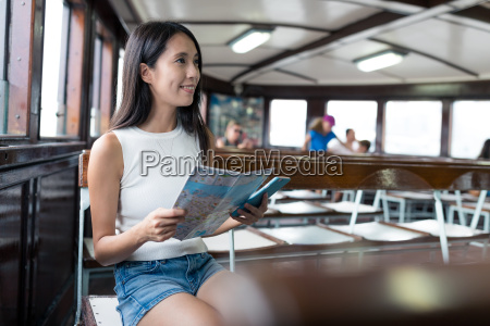 mujer usando el mapa de la