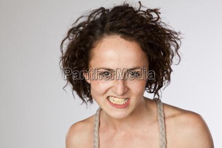 retrato de mujer joven enojada apretando