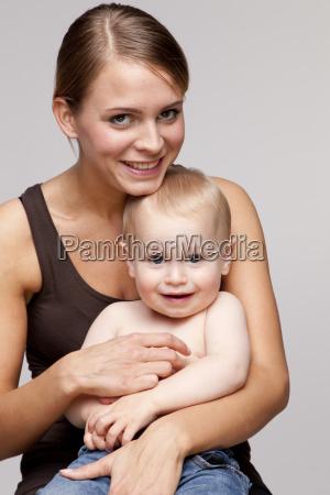 retrato de mujer joven feliz sentado