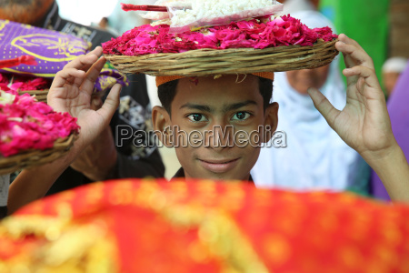 boy carrying offerings ajmer sharif dargah