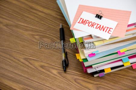importante la pila de documentos comerciales