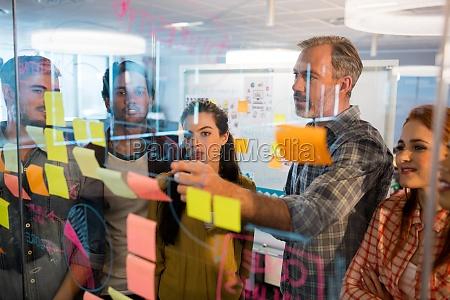 equipo de negocios creativo mirando notas