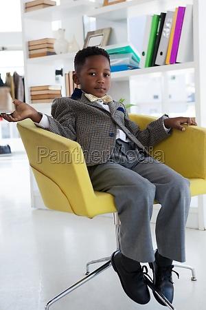 retrato completo del empresario sentado en