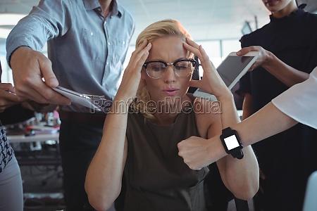 empresaria frustrada sentada en medio del