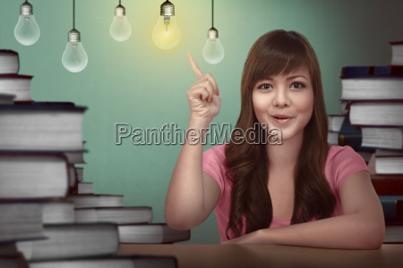 estudiante asiatica teniendo idea