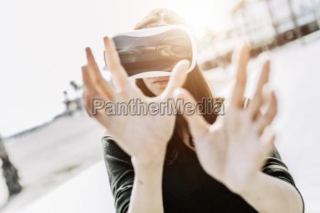 mujer joven con gafas de realidad