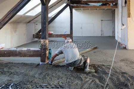 artesano masculino persona hormigon pavimento horizontalmente