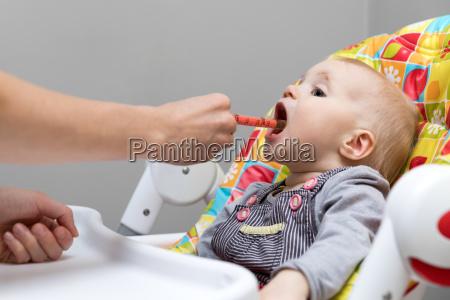 madre dando jarabe para la tos