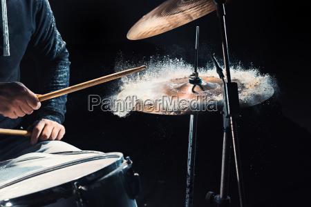 baterista ensayando en la bateria antes