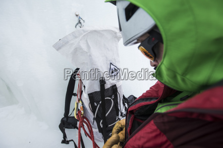 escalador que se prepara antes de