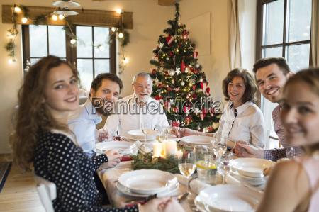 feliz familia en la mesa de