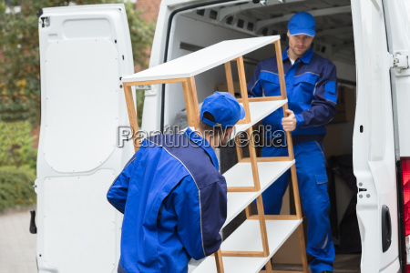 dos, repartidores, descargan, estante, del, camión - 23599800