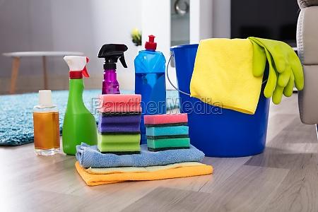 equipos de limpieza en suelo de