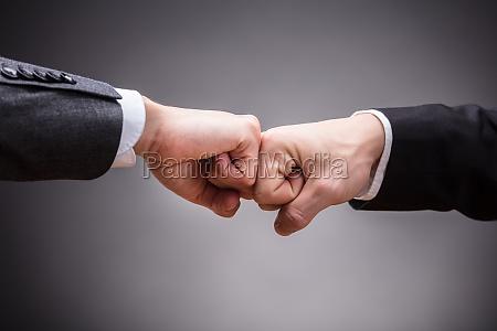 dos empresarios haciendo golpe de punyo