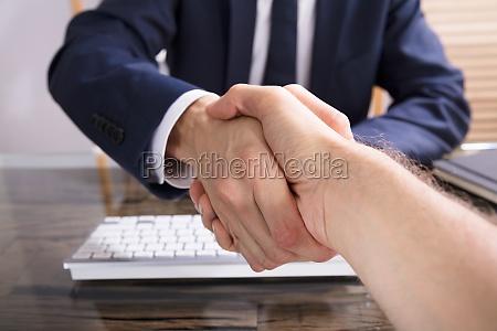 empresario temblando de la mano con