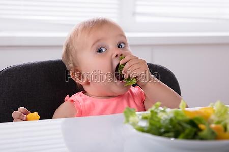 baby girl comiendo comida sana