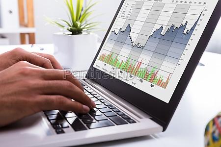corredor de bolsa analizando grafico en