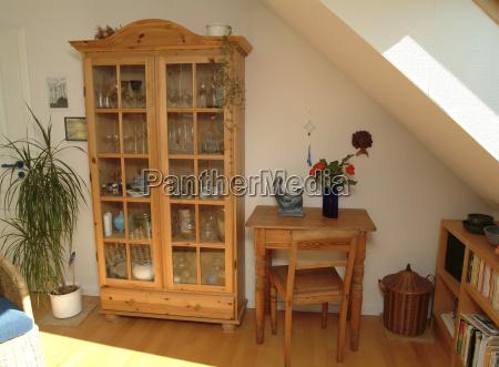 salon con muebles de madera natural