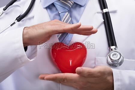 medico que protege la forma del