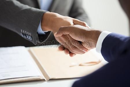 entrevista mano manos apreton de manos