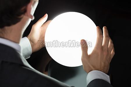mano del empresario predecir futuro con