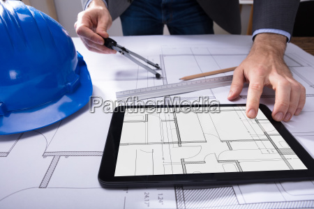 mano digital casco tableta arquitecto consultor