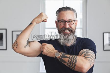 primer plano de sonriendo musculoso hombre