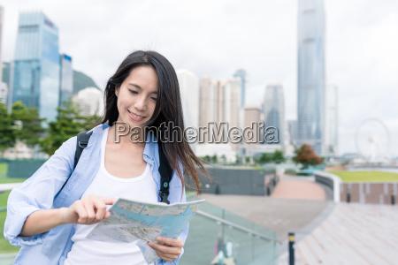 viaje mujer visita hong kong y
