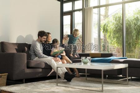familia en el sofa en el