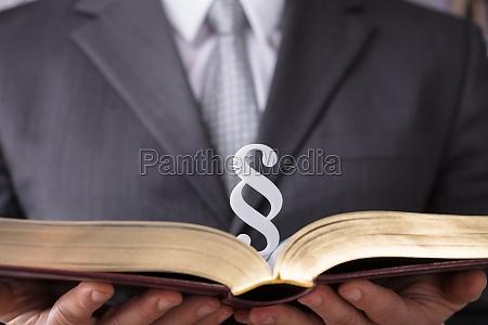 juez que sostiene el libro de