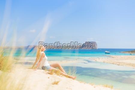 mujer feliz relajada disfrutando del sol