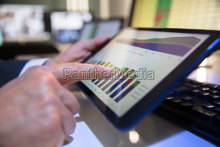 persona de negocios mirando grafico financiero