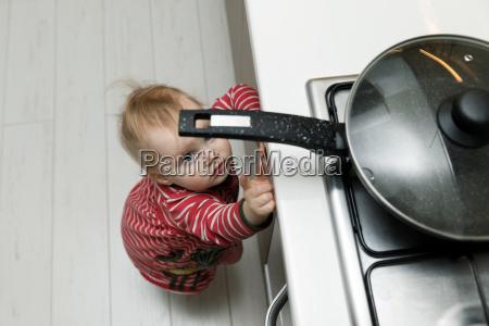 seguridad infantil en casa concepto ninyo