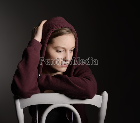 mujer joven reflexiva