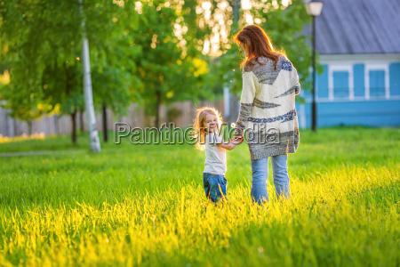 madre y pequenya hija en primavera