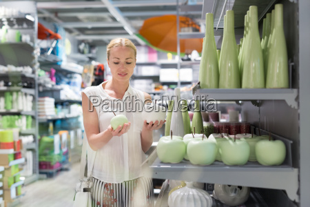 hermosa mujer joven comprando en la