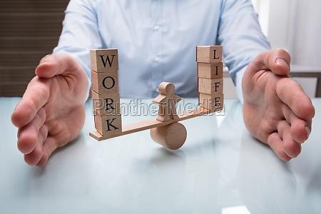 empresario proteger el equilibrio entre la